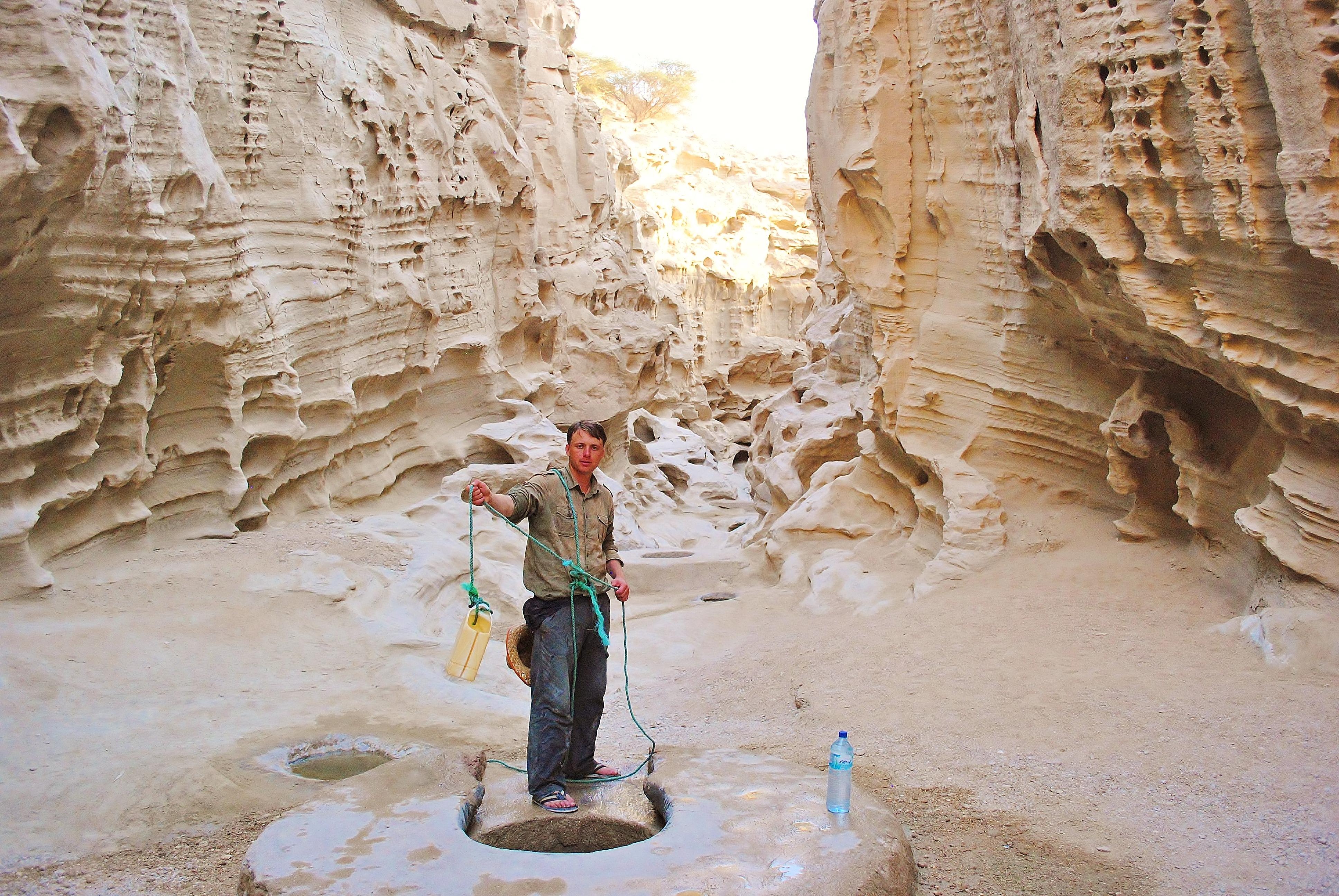 Iran; wyspa Qeshm w Zatoce Perskiej. Po wielu dniach pustynnej wyprawy dotarłem do studni. Byłem zmęczony i biedny ale szczęśliwy.