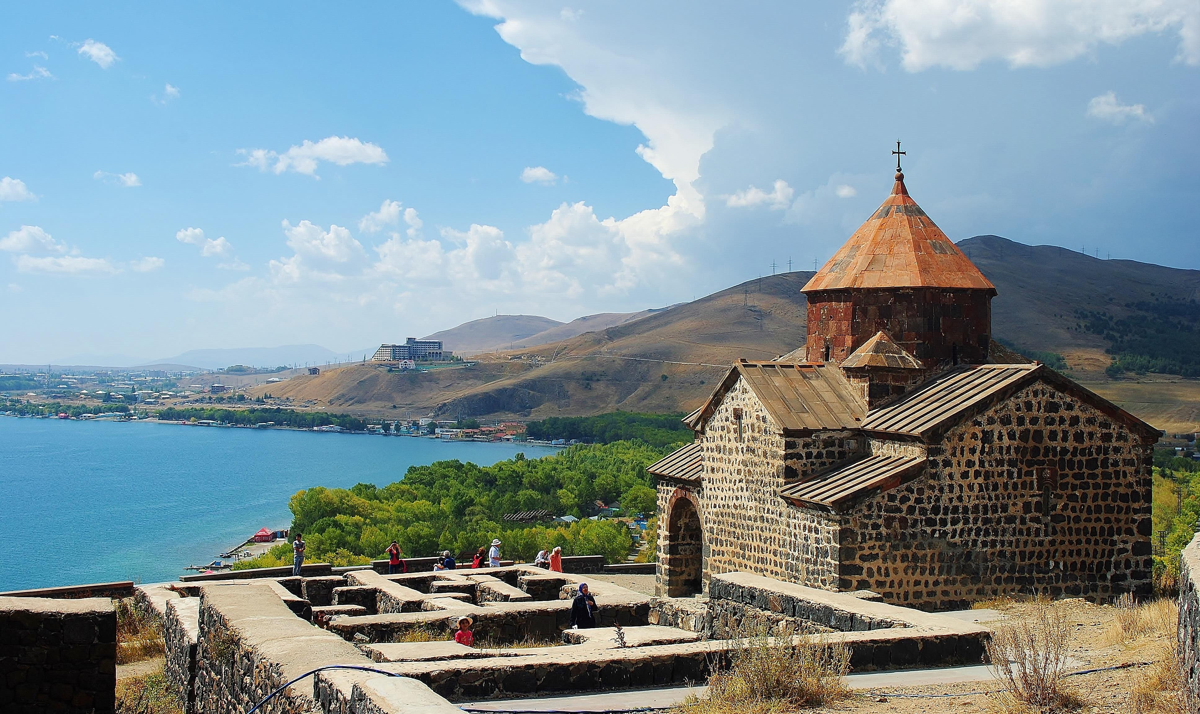 Armenia - monastera Sevanavank na tle jeziora Sevan.