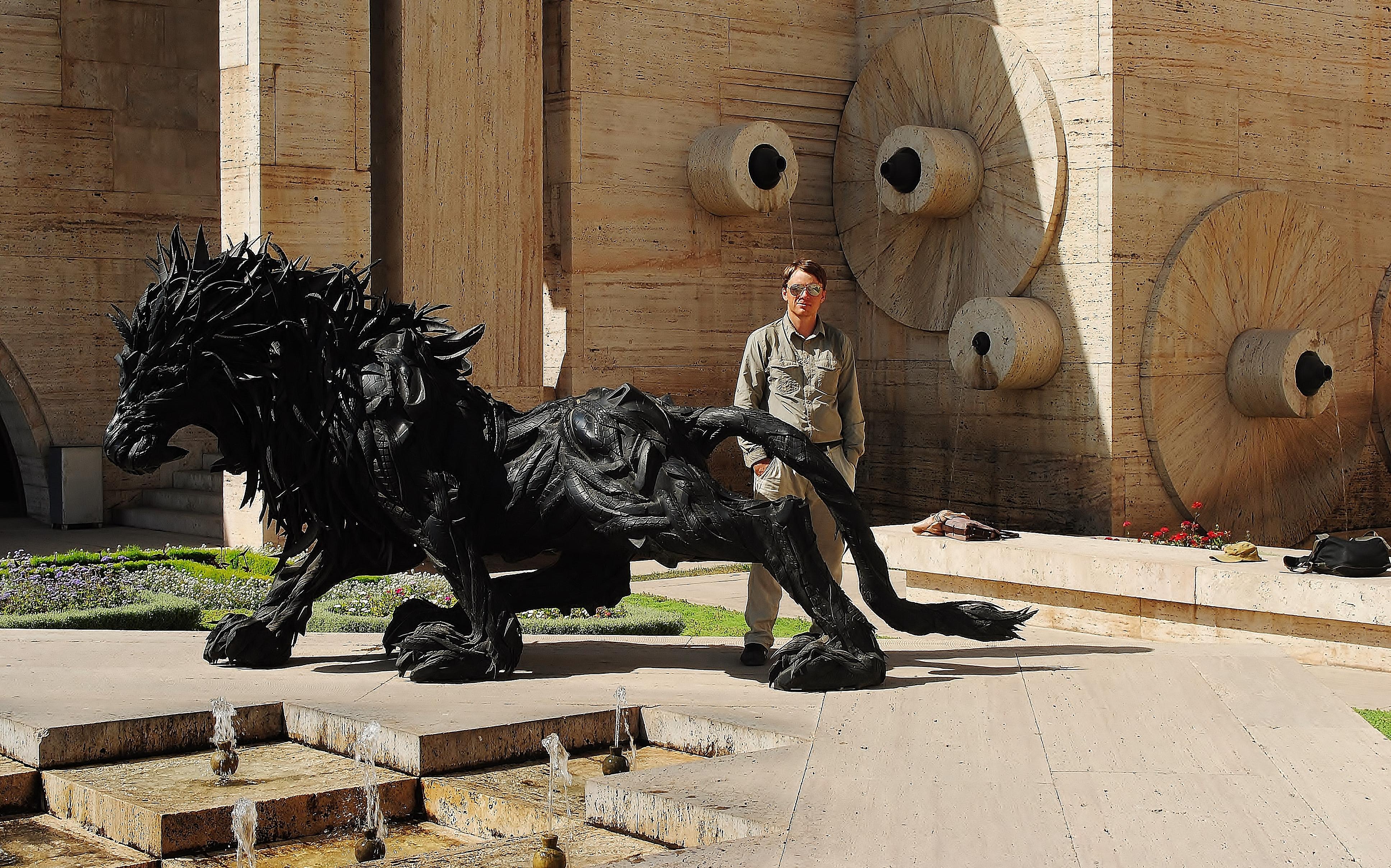 Armenia; Erywań - na Kaskadzie przy figurze lwa wykonanej z opon.