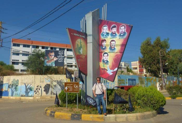 Liban - na rondzie w kontrolowanym przez Hezbollah miasteczku Habbouch. Byłem tu zatrzymany przez Hezbollah na kilka pytań. Proszę zwrócić uwagę na zdjęcia szyickich bojowników oraz zdjęcie prezydenta Syrii Bashara al - Assada. Habbouch znajduje się w drodze do muzeum wojny Mleeta, zbudowanym na górze gdzie odbywały się zacięte walki pomiędzy syjonistycznym Izraelem a szyickim Hezbollahem.