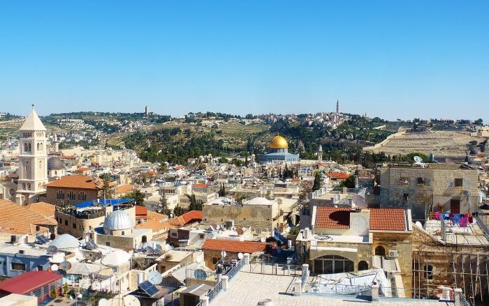 Jerozolima - widok na Stare Miasto. Po środku meczet Ala-Aqsa ze swoją złotą kopułą natomiast wieża po lewej to kościół luterański. Zdjęcie to zostało zrobione z Wieży Davida, które jest dobrym miejscem widokowym.
