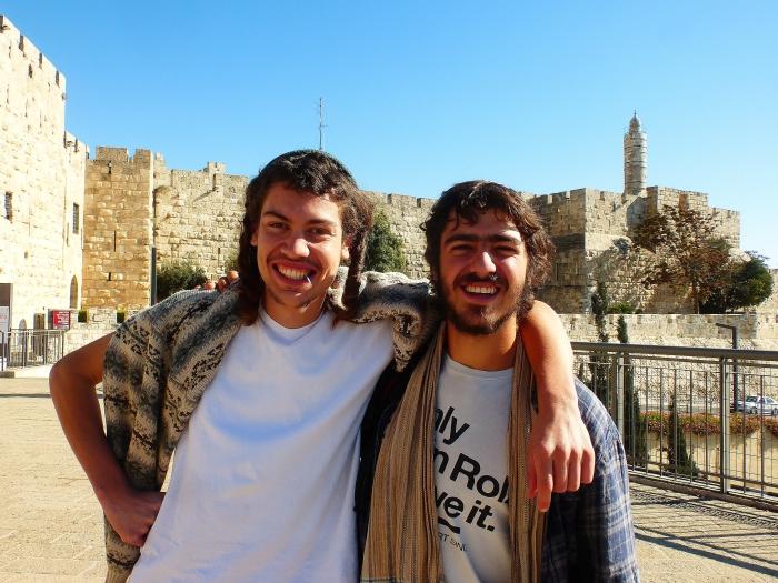 Pisanie prawdy o żydach zawsze pociąga za sobą posądzenie o antysemityzm, który na marginesie został wymyślony przez żydów jako dodatkowa gałąź żydowskiej ekonomii. Zdecydowałem więc, że na przekór moim krytykom pokażę żydów w dobrym świetle. Na zdjęciu DOBRE żydowskie chłopaki na tle Wieży Davida w Jerozolimie.