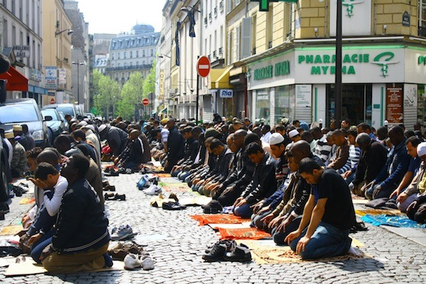 muslims-in-france-praying-in-street